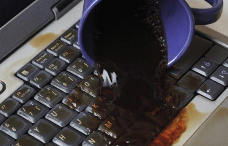 vertido líquido teclado ordenador